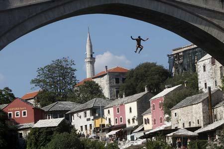 مسابقات سالانه پرش از روی پل به رودخانه در بوسنی