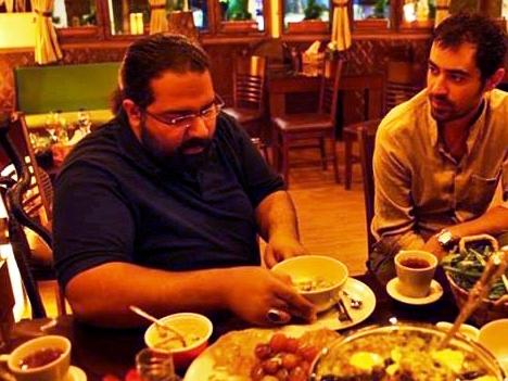 تصویری از شهاب حسینی و رضا صادقی در حال صرف افطاری
