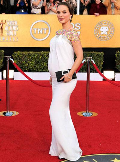 زنان هالیوود,بارداری زنان هالیوود,آنجلینا جولی در لباس حاملگی,مدل لباس بارداری شیک,مدل لباس حاملگی شیک,لباس های مجلسی بارداری,لباس مجلسی حاملگی,