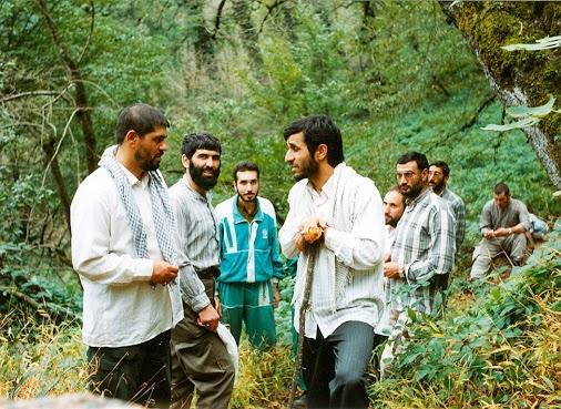 دکتر احمدی نژاد جوان به همراه دوستان در جنگل + عکس