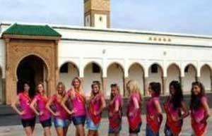 جنجال عکس یادگاری دختران نیمه برهنه جلوی یک مسجد!www.campfa.ir