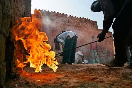 فعالیت کارگران در کارگاه سنتی آجرپزی- آمریتسار، هند